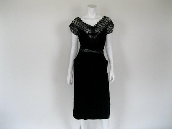 1950s Wiggle Dress //  Black Velvet & Lace //  Wiggle //   Marilyn // Vixen // M