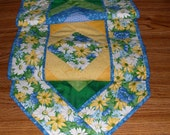 QUILTSY DESTASH PARTYQuilted Braid TableRunner Yellow and Blue Daisy Braid Runner