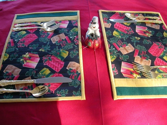 Quilted CHRISTMAS PLACEMATS Snack Mats: Set of 2 Breakfast Table in red, green and gold