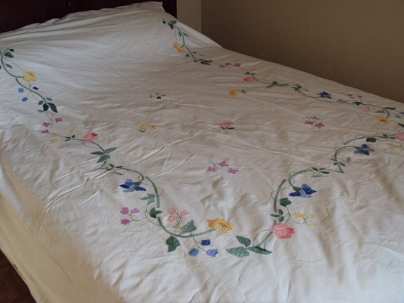 ON SALE, Sweet vintage appliqued flower duvet cover, scalloped edge, F/Q, NOS
