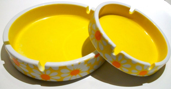Lovely Set of 2 Ceramic Nesting Ashtrays Bright Yellow White Orange Daisies