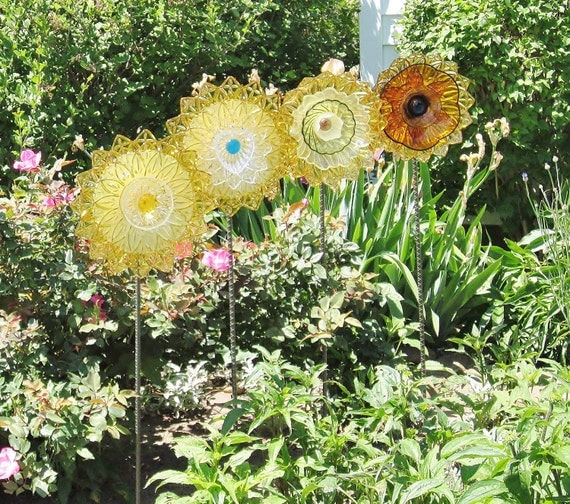 Yard art garden decor vintage glass flower suncatcher for Flower garden ornaments