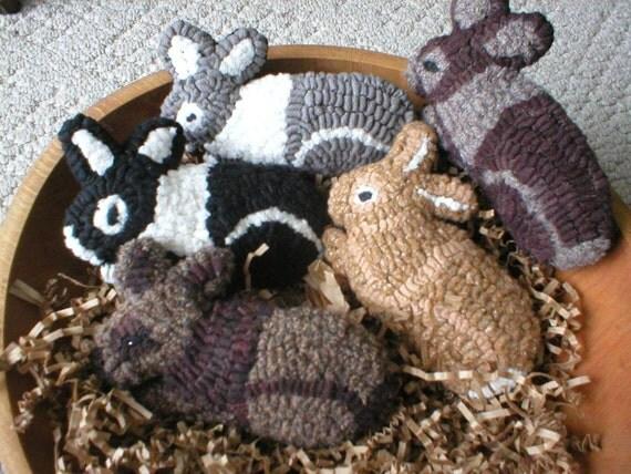 Primitive Folkart One Hooked Rug Rabbit Ornament/ Bowl Filler LJO Collection We Ship Internationally