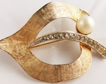 Vintage signed BSK (C) etched gold tone brooch with rhinestones and soft white simulated pearl
