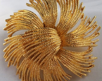 Vintage jewelry brooch by  huge gold tone Monet abstract brroch in mint condition 1963