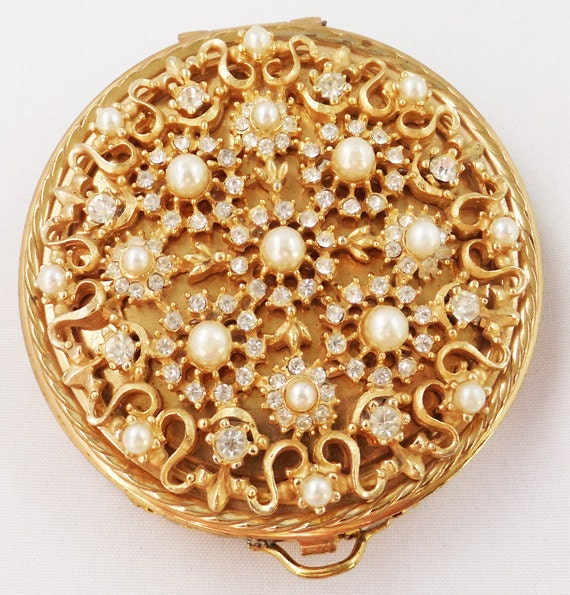 Vintage gold mesh compact with simulated pearls and clear rhinestone top 1940s gift collectible