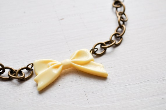 big beige bow -bracelet (pretty bow cabochon on a big linked bronze chain)