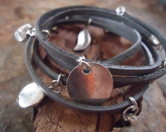 LEATHER CHARM BRACELET 5 x wrap bracelet in grey (522)