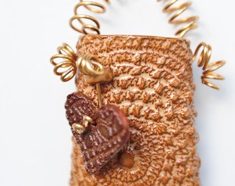 Golden lace wall pocket