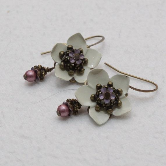 White Vintage Flower Earrings