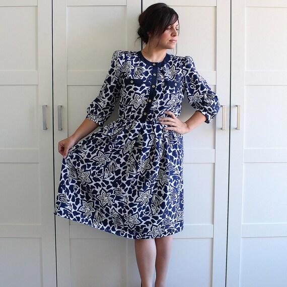 SALE - Vintage Dress, Union Made Navy Blue and White Floral Print Shirtwaist Shirtdress, Mandarin Collar Floral Dress, size Medium Large