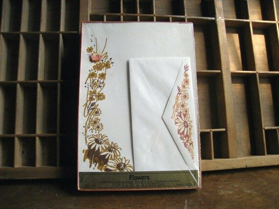 Vintage 1970s Stationery Set with Gold Flowers and Matching Envelopes