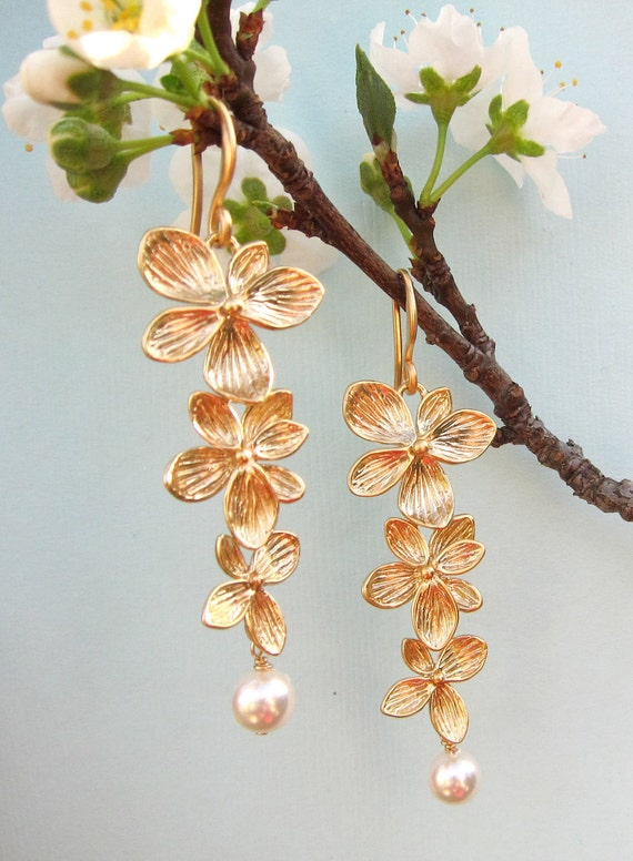 Tripple Flower Earrings in Gold and Pearls