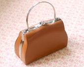 Vintage 70s hazelnut faux leather bag with metal handle