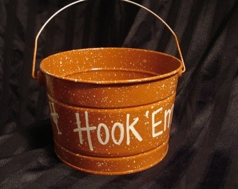 HOOK' em Horns Bucket Listing is for one 2.5 Qt Bucket