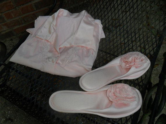 VTG Vanity Fair Pink Water Lily Size 34 Robe and Matching Medium House Slippers