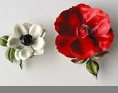 2, big, mod, flower brooches: red & white, 1960s, pop culture, flower power, free spirit, vestiesteam
