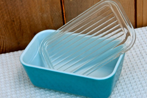 Bright Pyrex ovenware with lid in primary blue.