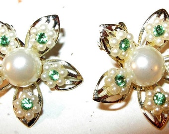 Be Summer.... Vintage Ivory and Green Daisy Clip Earrings