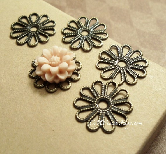10pcs of Antiqued Brass 16mm Super High Quality Lovely Daisy Silouhette Filigree Base Connectors G02-Wq