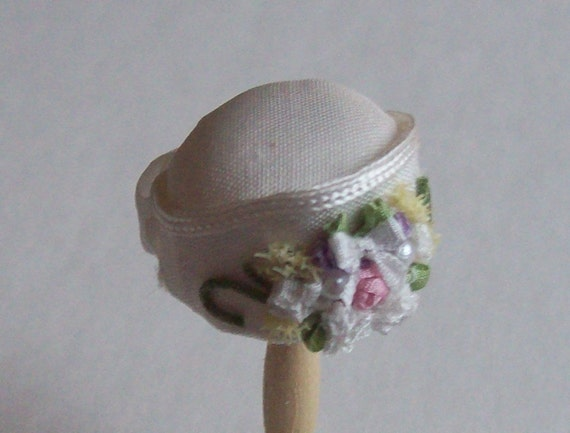 Handmade 1/12th scale dollshouse moulded  ivory silk cloche style hat and matching bag