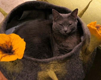 cat basket with big flowers in colours you choose