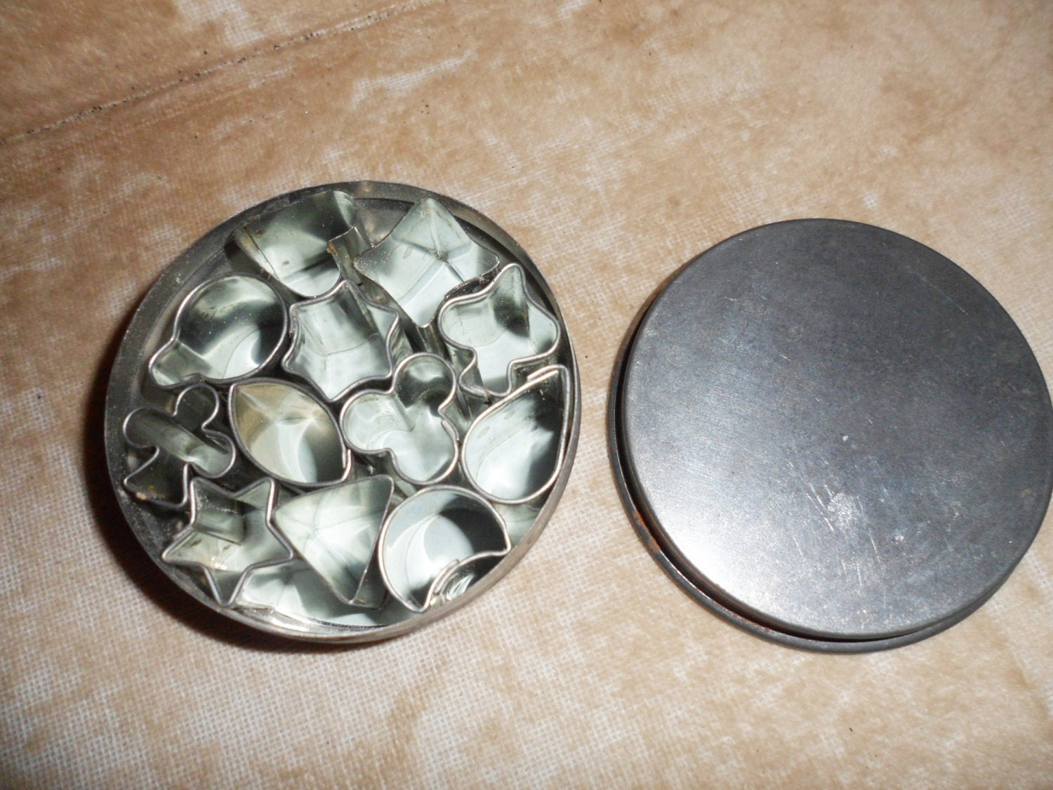 Vintage tin of mini canape 39 cutters for Mini canape cutters