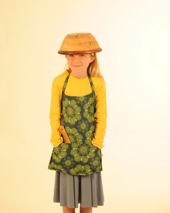 SALE - Eco - Friendly Apron with Pockets - Childrens Apron - Organic Cotton Green - READY to SHIP
