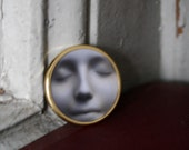 Wearable Art L'Inconnue de la Seine Gold Toned Brooch Round - Augenblickphoto