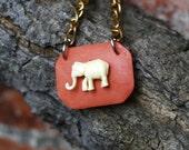 Ein Elefant namens Rosalinde Taxidermy Necklace