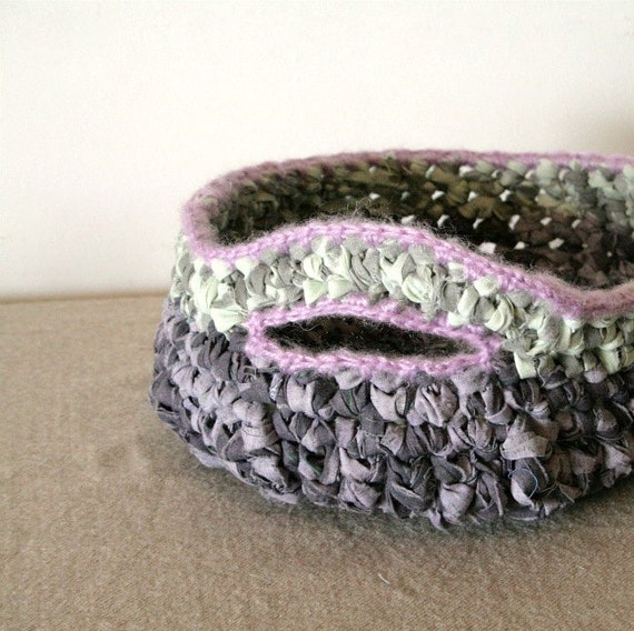 Rag crochet bowl OOAK in grey and purple with one decorative handle