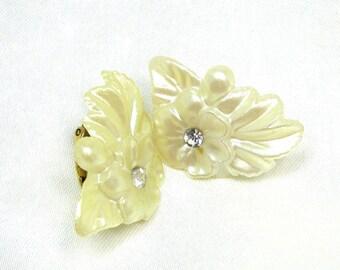 Darling Vintage molded Plastic Flower Earrings