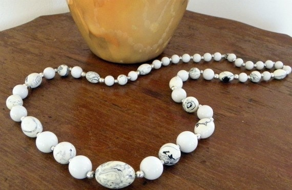 Vintage White Silver Marble Oval Bead Necklace