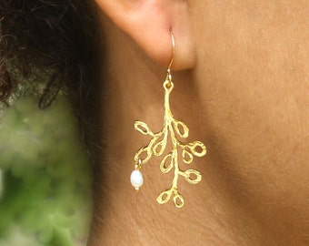 Tree of life Pearl of wisdom. Simple  tree earrings in gold with a single freshwater pearl (EG-157)