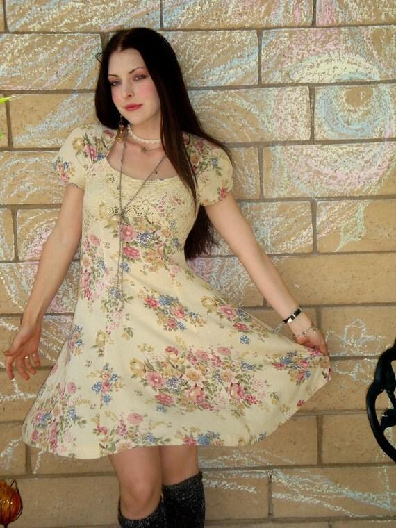 Vtg 90s pale yellow twirly grunge girly Floral Crochet babydoll flirty sun mini Dress S M