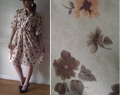 1970s House Dress  / Floral Print / 1940s Style Size 4 6 8 10 / Brown Peach Pattern Vintage