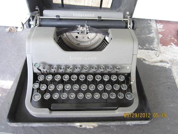 Antique Vintage Underwood Correspondent portable typewriter with case 1941