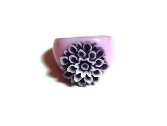 Pink Fashion Ring with a Light Pink Acrylic Band and Purple and White Chrysanthemum Flower Blossom Cabochon Size 7