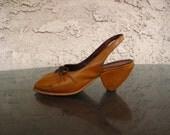 UNIQUE vintage MuSTaRD & GoLD TRIANGLE shoes 5.5 / 6