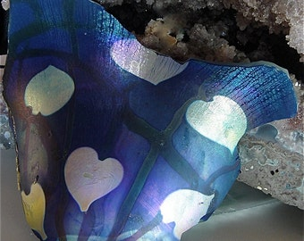 Large vintage Valentine 'Broken Hearted' art glass shard in iridescence blue and gold