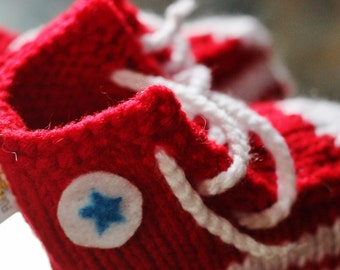 Converse Booties make a great baby shower gift! For boys or punk baby girls, knitted