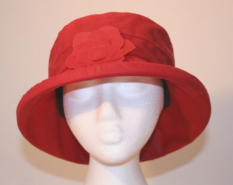 Waxed cotton rain hat in Red