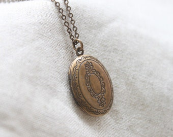 Antique style lace pattern oval Locket - S2199