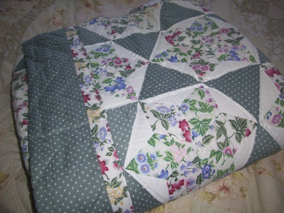 Star patchwork queen quilt with two matching shams