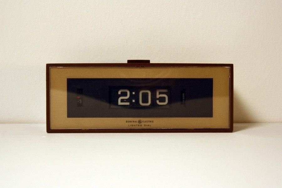 vintage faux wood grain ge flip drum number alarm clock. Black Bedroom Furniture Sets. Home Design Ideas