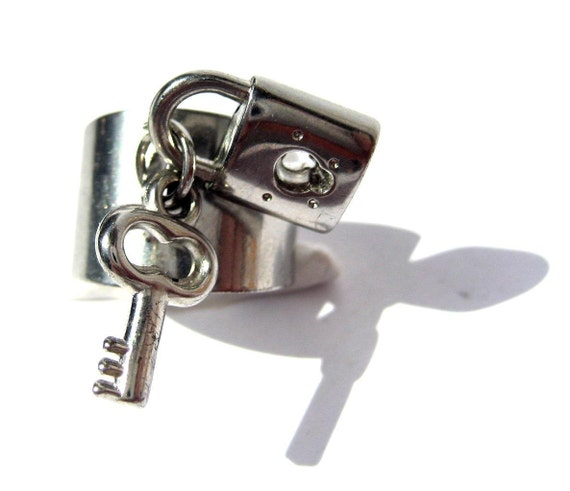 Vintage silver color adjustable Ring with dangling key and lock Code Q7