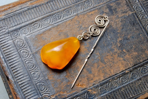 Vintage brooch with natural Baltic Amber stone