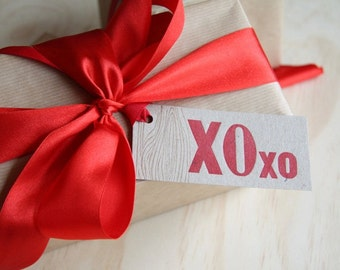 Letterpress Gift tags Gift wrapping, embellishments, Kraft paper, red ribbon, xoxo Gift tags kiss, hug, faux bois - wood grain detail x6