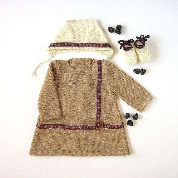 A knitted baby dress set, cap and shoes, with jacquard ribbon. 100% wool. Newborn. Item unique.