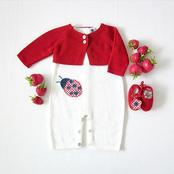 A knitted baby overalls, little coat and shoes with a ladybug and a flower. 100% cotton. Newborn. Item unique.